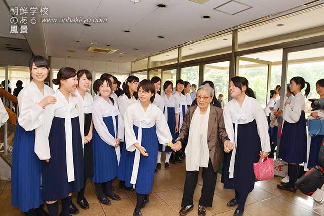 朝鮮大学校を訪れた被害者・金福童さんを歓迎する学生たち(2014・6)