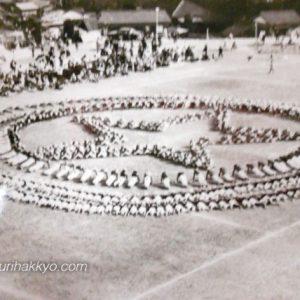 九州朝鮮中高級学校の運動会(一九六二年)。写真は集団体操の一コマ、共和国の国旗等にも見られる五芒星を表現している。同校『学校沿革史』(一九六六年)より転載。