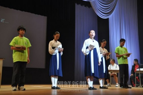 2011年に行われた民族フォーラムでプレゼンテーションする生徒たち