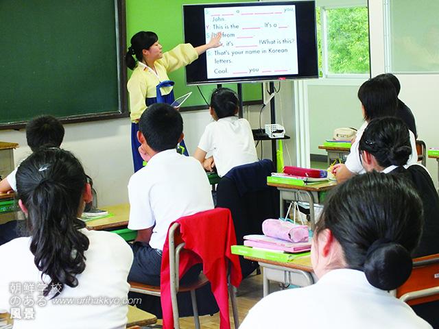 大型液晶パネルは生徒たちのiPhoneと無線ランでつながっている