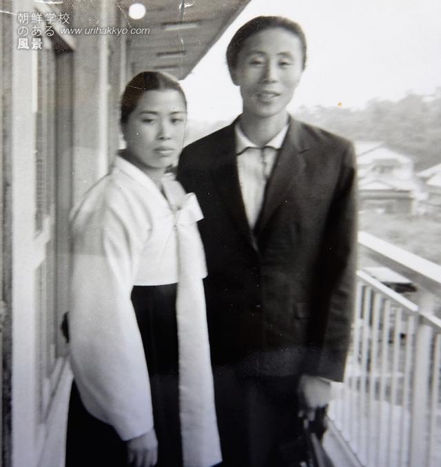 東京五輪に参加するために来日した辛今丹選手と(1965・8 朝大寄宿舎)