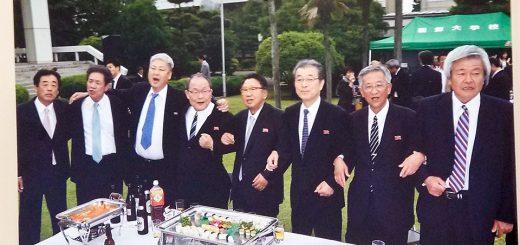 追悼式の会場に展示された写真(中央が朴英植代表理事)