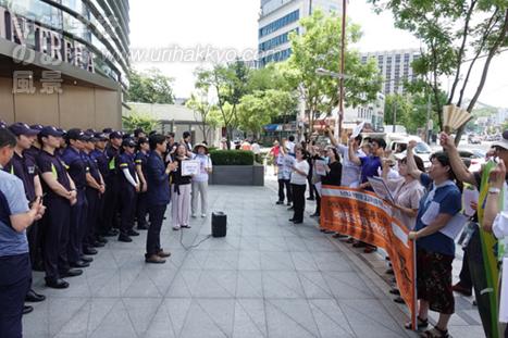 日本大使館前で「金曜行動」
