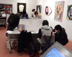 二枚の写真は、第一〇回東京朝鮮中高級学校美術部展「変わる・変える」展(2016・1・23~30日) 東京芸術劇場 アトリエウエスト ■35号に掲載