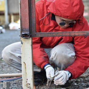 全寮制である朝鮮大学校の生活に欠かせない施設管理部。写真は20代の施設課職員。バーナーで不要になった鉄柵を撤去する。