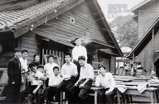 政治経済学科の同級生(1958・1 東京中高の中にあった旧校舎の前で)