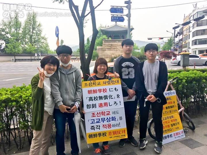 モンダンヨンピル会員によるソウルの日本大使館前での「火曜行動」